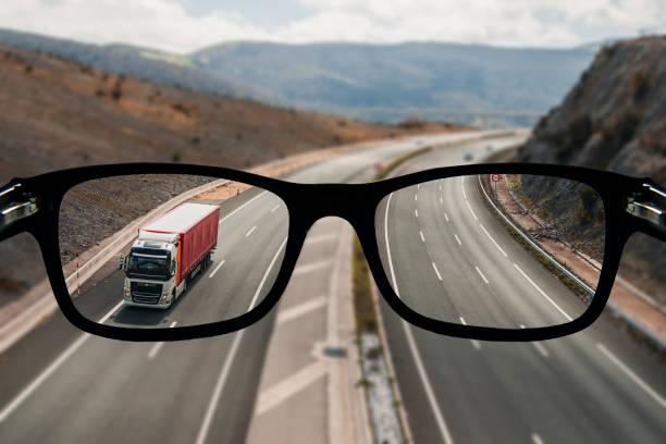 Highway as seen from glasses:スマホ壁紙(壁紙.com)