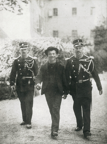 Interrogation「Luigi Lucheni, the murderer of the Austrian Empress Elisabeth, is going along with two policemen to the interrogation. Geneva. Lantern slide. September 1898.」:写真・画像(4)[壁紙.com]