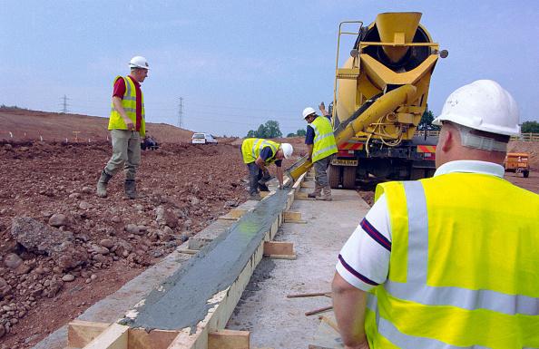 Pouring「Cement truck pouring concrete」:写真・画像(9)[壁紙.com]