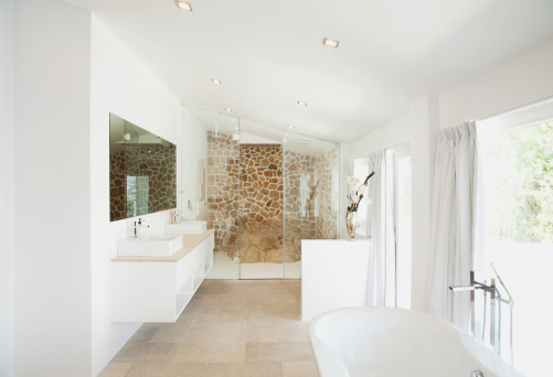 Villa「Sinks and bathtub in modern bathroom」:スマホ壁紙(13)