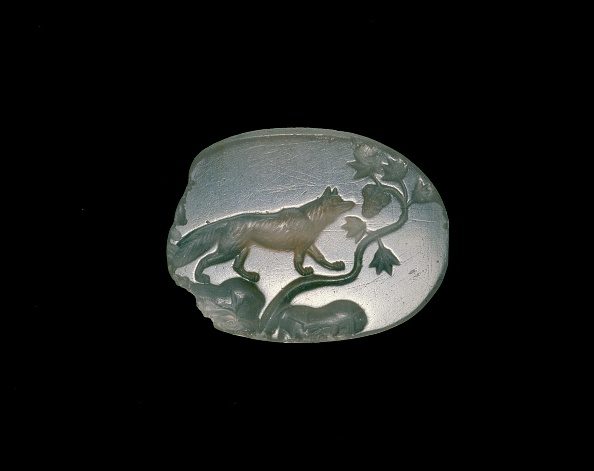 Black Background「Sealstone Depicting A Fox With Forelegs On A Vine With Grapes」:写真・画像(1)[壁紙.com]
