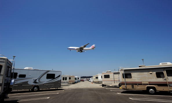 LAX Airport「Parking Lot At LAX Serves As RV Home For Airline Workers Saving On Rent」:写真・画像(19)[壁紙.com]