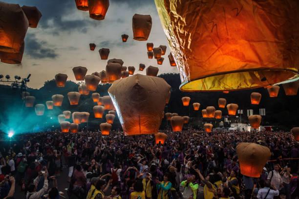 Sky Lanterns Light Up Taiwan's Rural District:ニュース(壁紙.com)