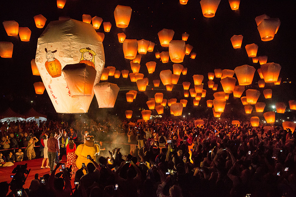 Lantern「Sky Lanterns Light Up Taiwan's Rural District」:写真・画像(4)[壁紙.com]