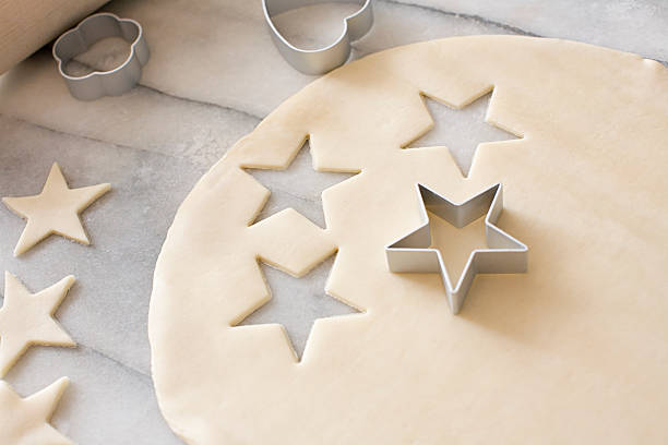 Cookie dough and cookie cutters:スマホ壁紙(壁紙.com)