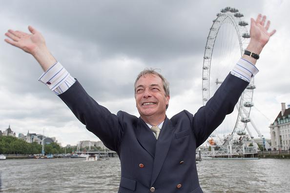見せる「Nigel Farage Joins Fishing For Leave On A Flotilla Down The Thames」:写真・画像(11)[壁紙.com]