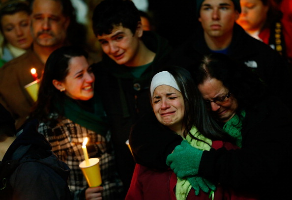 Parent「Connecticut Community Copes With Aftermath Of Elementary School Mass Shooting」:写真・画像(7)[壁紙.com]