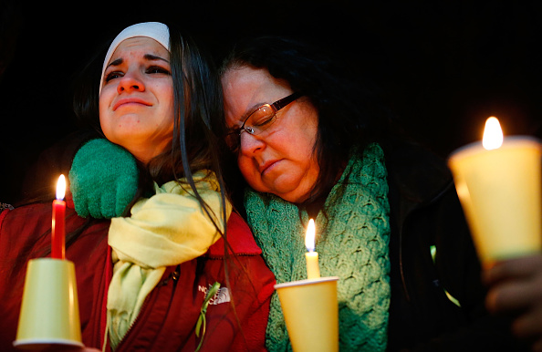 Parent「Connecticut Community Copes With Aftermath Of Elementary School Mass Shooting」:写真・画像(13)[壁紙.com]