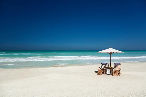 豪華 ビーチ「チーク材の椅子を配した 2 つの白いパラソルのビーチ」:スマホ壁紙(16)