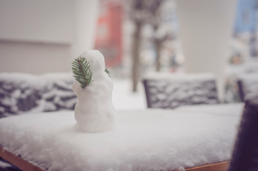 雪だるま「Small snowman on garden table」:スマホ壁紙(9)