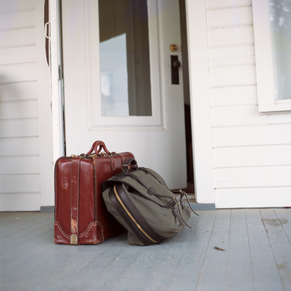 Front Door「Suitcase and satchel on porch」:スマホ壁紙(17)