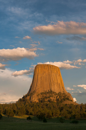 Basalt「Columnar basalt formations with clouds at sunset, Devils Tower National Monument, Wyoming, USA」:スマホ壁紙(6)