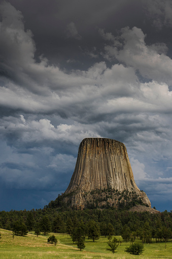 Basalt「Columnar basalt formation and approaching thunderstorm, Devils Tower National Monument, Wyoming, USA」:スマホ壁紙(5)