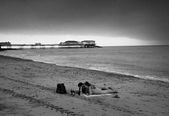 Overcast「Couple On Cromer Beach」:写真・画像(2)[壁紙.com]