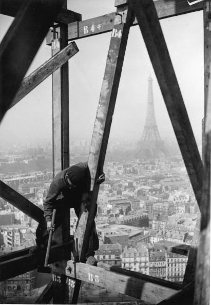 Construction Industry「Construcion worker on the dome of Les Invalides in Paris, It has a height of 97 meter, In Background: the Eiffel Tower, Photograph, Around 1930」:写真・画像(4)[壁紙.com]