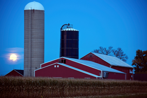 Agricultural Building「USA, Wisconsin, Moonrise over  farm」:スマホ壁紙(18)
