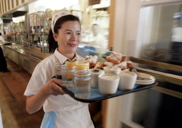 Waitress「New Orleans' Famous Cafe Du Monde Re-Opens」:写真・画像(8)[壁紙.com]
