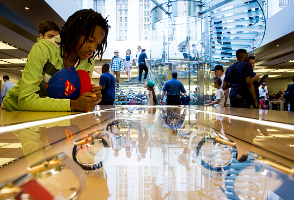 Apple Watch「Apple Watch Available at Apple Retail Locations」:写真・画像(4)[壁紙.com]