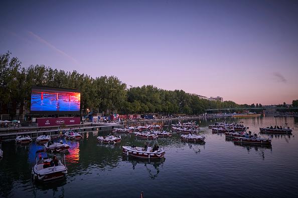 Seine River「Paris Plages' Floating Cinema Sails Socially Distant Boats」:写真・画像(0)[壁紙.com]