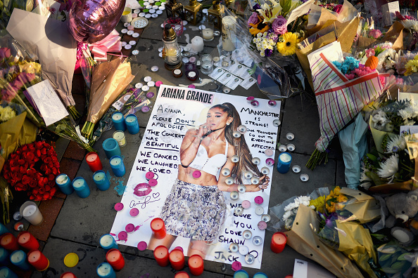 Manchester - England「Floral Tributes Are Left For The Victims Of The Manchester Arena Terrorist Attack」:写真・画像(14)[壁紙.com]