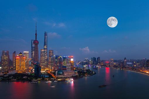 月「Night view of Shanghai City,China」:スマホ壁紙(0)