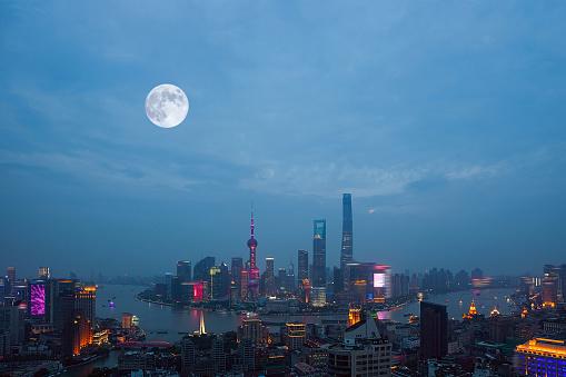 月「Night view of Shanghai City,China」:スマホ壁紙(5)