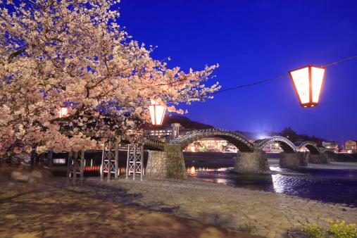 夜桜「Night View of Kintai Bridge and Nishiki River, Iwakuni, Yamaguchi, Japan」:スマホ壁紙(5)