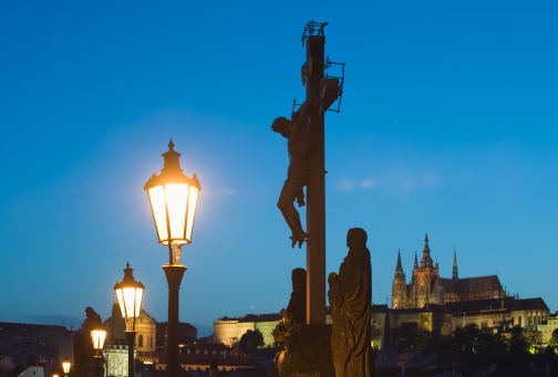 St Vitus's Cathedral「Night view of crucifix and cathedral」:スマホ壁紙(8)