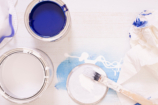 Art And Craft「Used paint brush and paint tins with blue and white varnish」:スマホ壁紙(7)