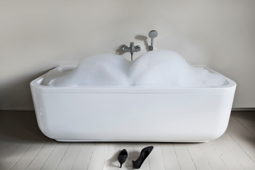 スイセン「Bathtub with high heels shoes in bathroom」:スマホ壁紙(2)