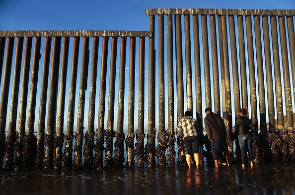 サンディエゴ「Immigrant Caravan Members Gather At U.S.-Mexico Border」:写真・画像(17)[壁紙.com]
