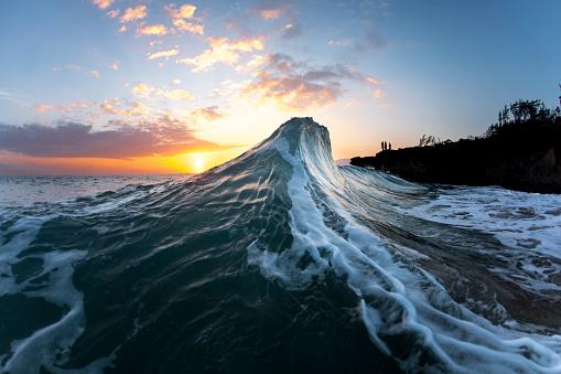 オアフ島「Wave in sea at sunrise, Oahu, Hawaii, USA」:スマホ壁紙(4)