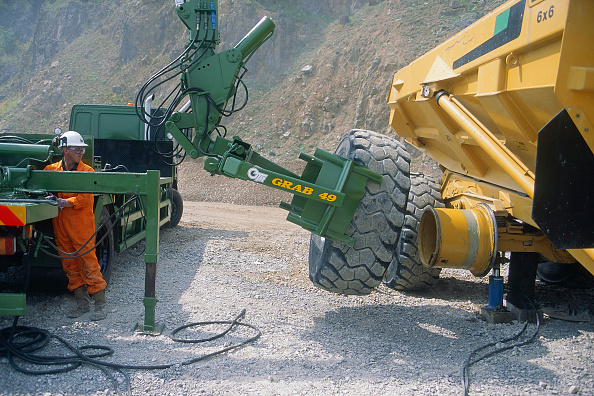 Responsibility「Mechanic changing tyre on heavy duty articulated dumper truck.」:写真・画像(0)[壁紙.com]