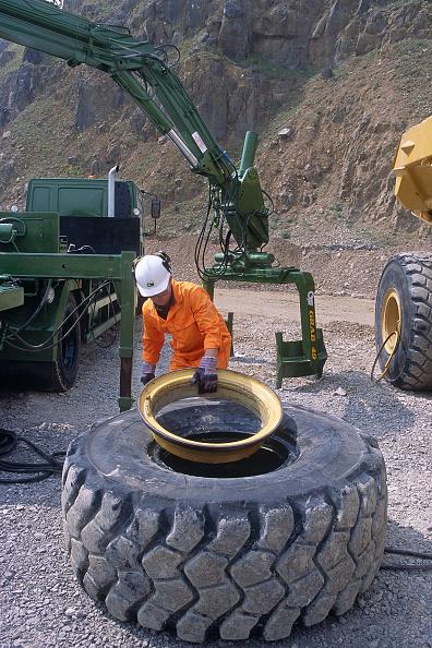 Responsibility「Mechanic changing tyre on heavy duty articulated dumper truck.」:写真・画像(19)[壁紙.com]