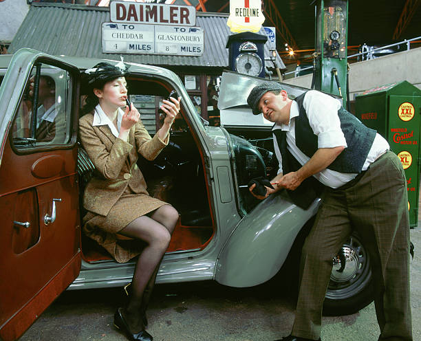 Mechanic with lady driver doing her make up 1930's Hillman Minx:ニュース(壁紙.com)