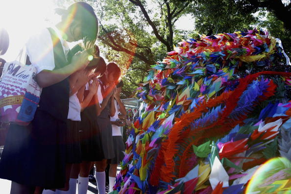 Surrendering「Hiroshima Marks The 59th Anniversary Of The World's First Atomic Bomb」:写真・画像(4)[壁紙.com]