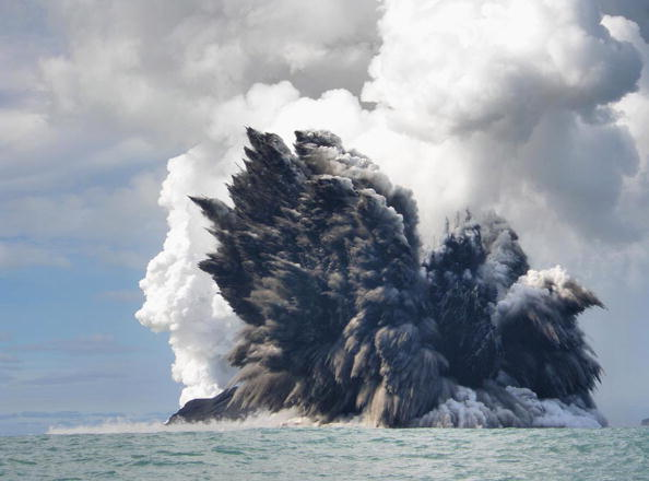 水中写真「Undersea Volcano Erupts Off Of Tonga」:写真・画像(11)[壁紙.com]