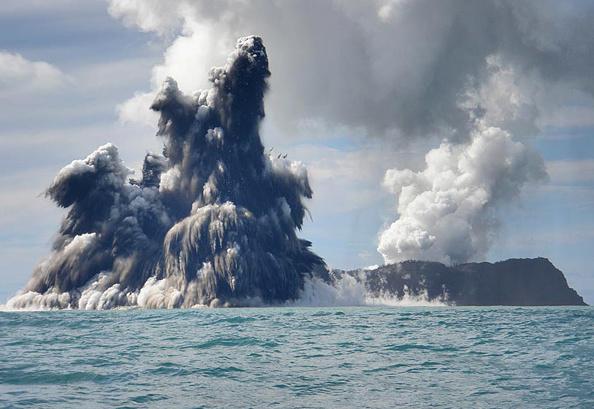 Volcano「Undersea Volcano Erupts Off Of Tonga」:写真・画像(18)[壁紙.com]