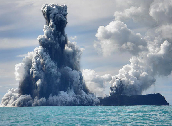 水中写真「Undersea Volcano Erupts Off Of Tonga」:写真・画像(6)[壁紙.com]