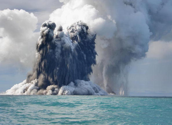 水中写真「Undersea Volcano Erupts Off Of Tonga」:写真・画像(1)[壁紙.com]