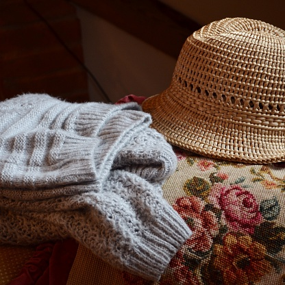 Knitted「Sweater and a hat on a couch」:スマホ壁紙(10)