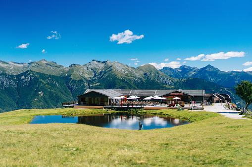 雲「View of alpine hut and lake」:スマホ壁紙(12)