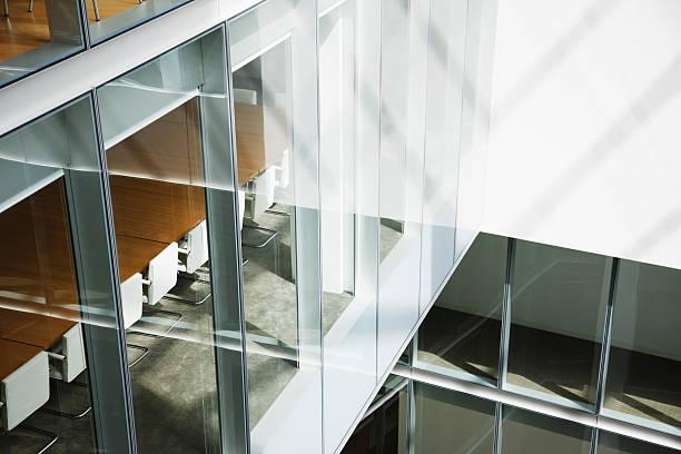 Glass walls in atrium of office building:スマホ壁紙(壁紙.com)