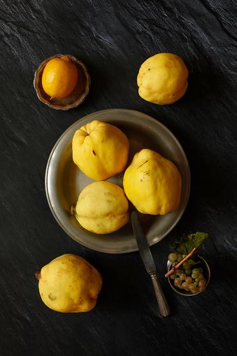 カリン「Still life with quinces, lemon and grapes」:スマホ壁紙(6)