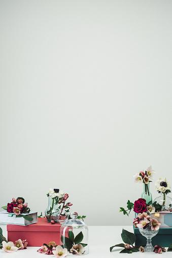 春「静物配列の花瓶の花とバラの背景、春」:スマホ壁紙(13)