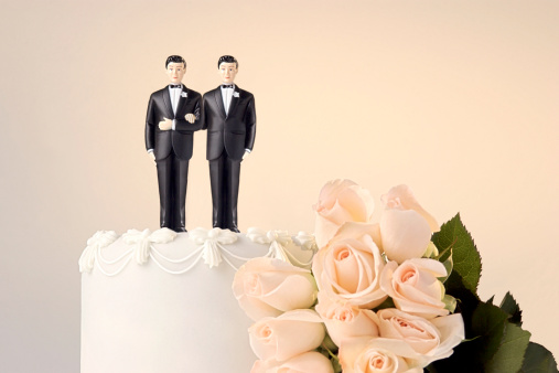 Figurine「Still life of the top of a wedding cake with two miniature grooms cake topper and roses at the side」:スマホ壁紙(8)