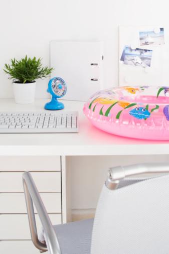 Day Dreaming「still life of fan and floating tyre on empty office desk」:スマホ壁紙(18)