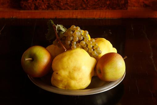カリン「Still life with quinces, apples and grapes」:スマホ壁紙(8)