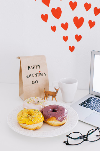 バレンタイン「Still life with laptop, donuts, Valentines day present and hearts on wall」:スマホ壁紙(12)