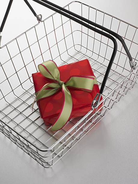 Still life of shopping basket with gift inside:スマホ壁紙(壁紙.com)